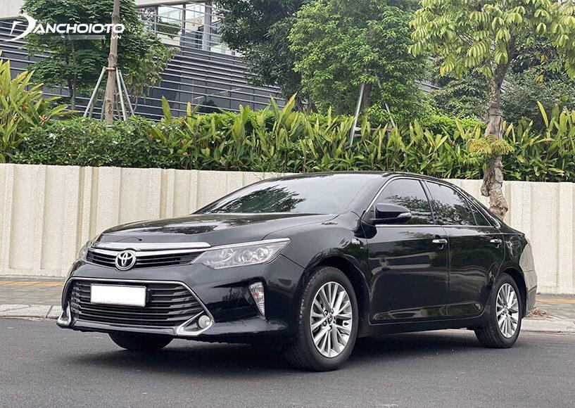 Toyota Camry 2017 – 2018 là lựa chọn phù hợp nếu tìm mua xe cũ 800 triệu rộng rãi, sang trọng, bền bỉ, tiết kiệm