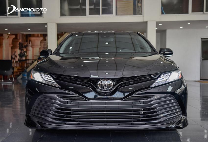 Toyota Camry luôn là mẫu ô tô được nghĩ đến đầu tiên mỗi khi bàn đến 1 tỷ nên mua xe 5 chỗ nào tốt