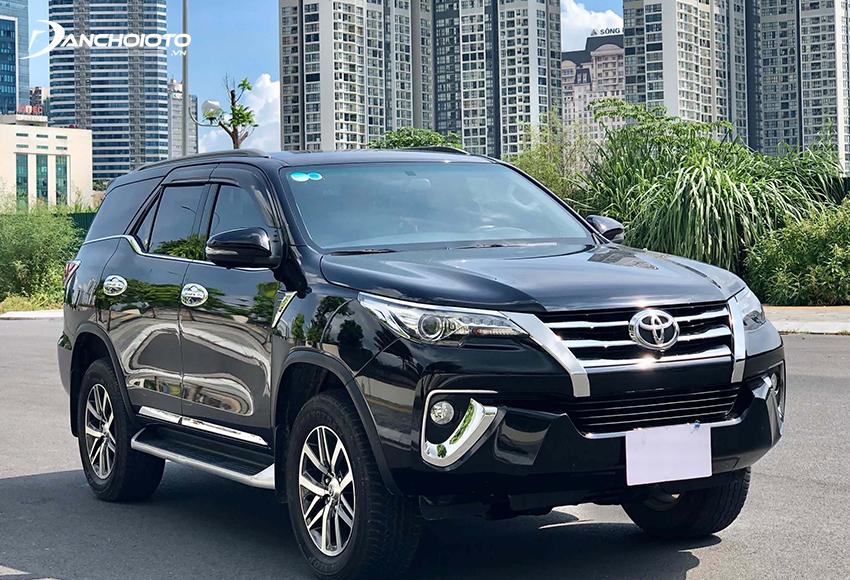Toyota Fortuner là cái tên không thể bỏ qua với những ai đang phân vân 800 triệu mua xe SUV cũ nào tốt
