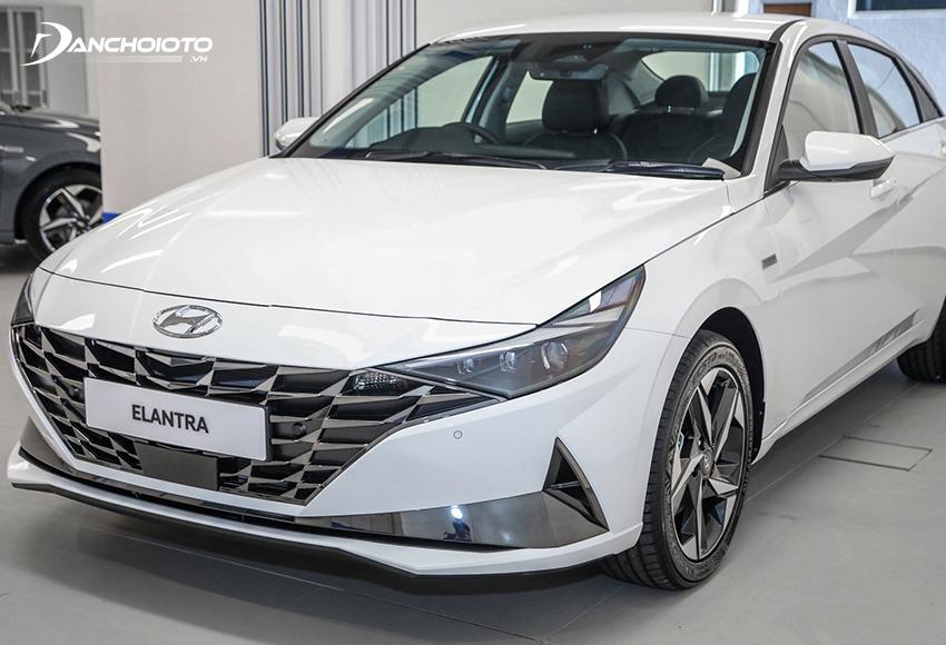 So với Kia K3, Hyundai Elantra có phần thanh lịch, cao cấp và sang trọng hơn